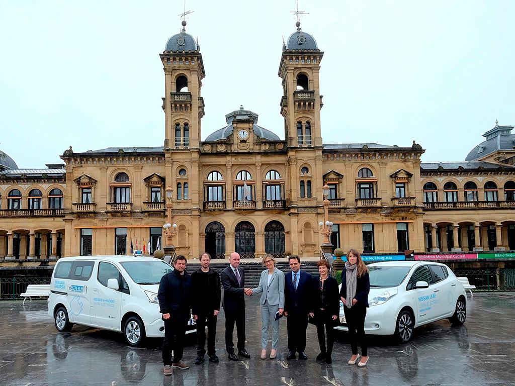 Nissan cede un Leaf y un e-NV200 a los taxis de Donosti