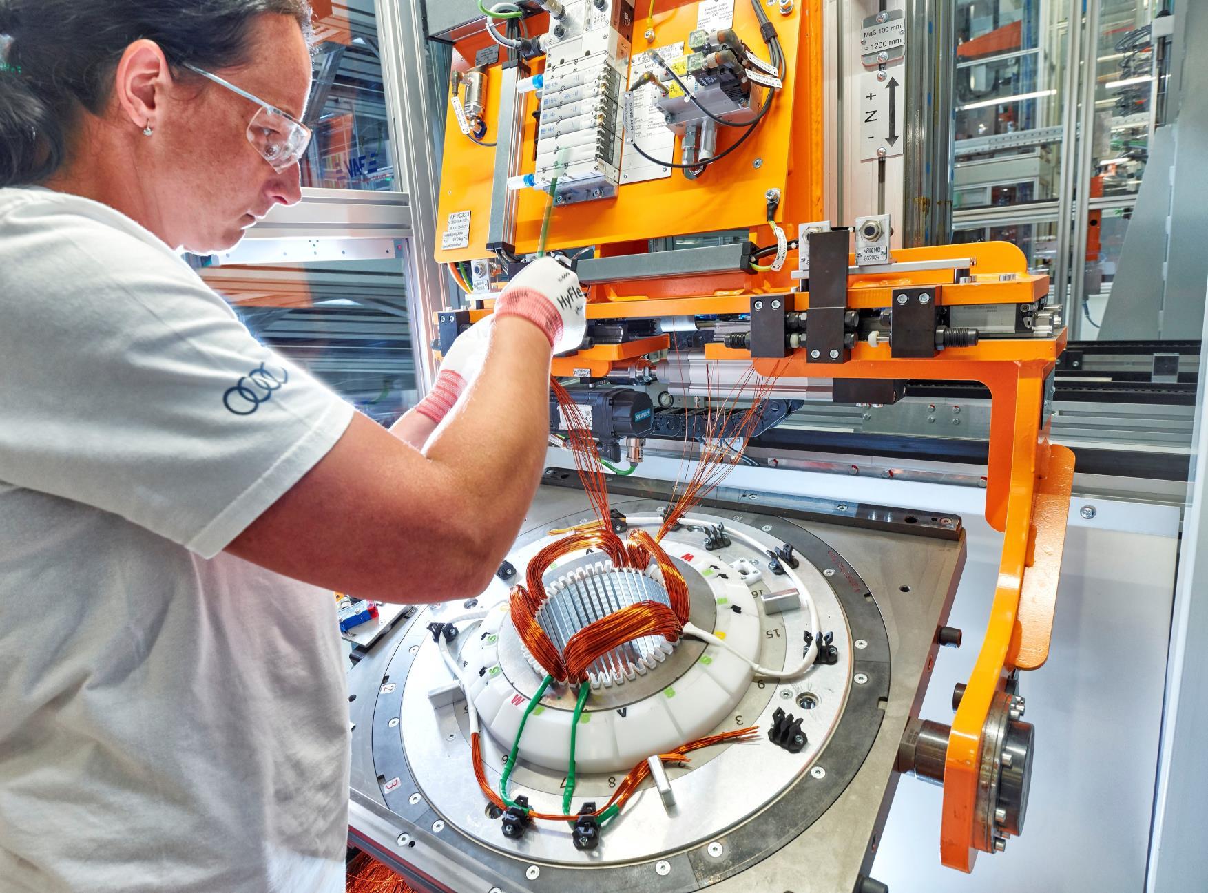 El 24 de julio se inició de forma oficial la fabricación en serie de motores eléctricos en Györ
