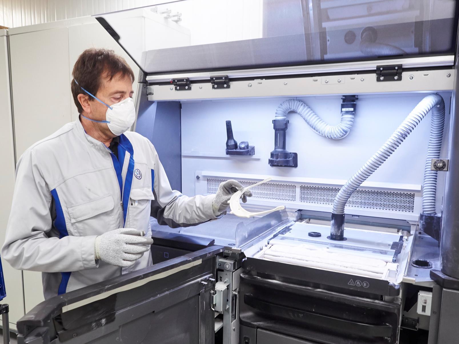 Volkswagen Navarra ya ha entregado las 1.000 primeras unidades de pantallas protectoras