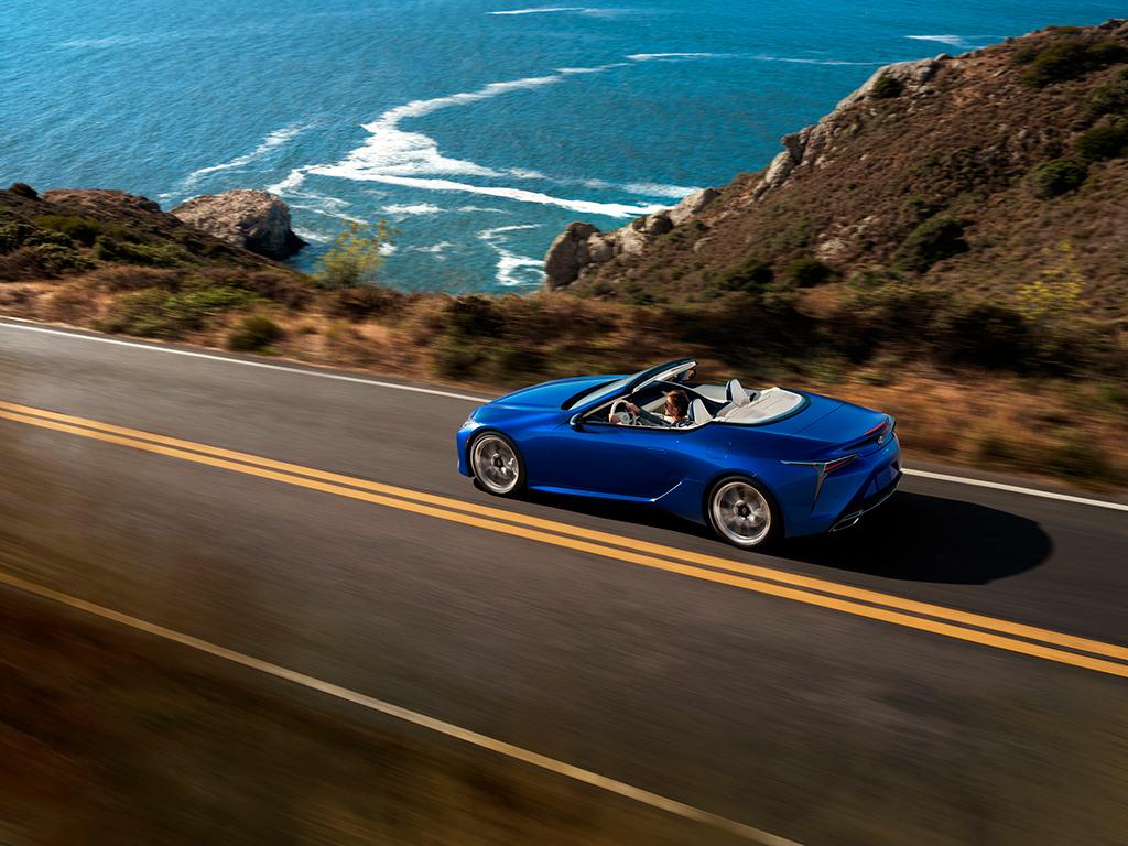 Para poder disfrutar más del motor V8 del LC 500 Cabrio con la capota bajada, cuenta con un generador acústico que emite unos especiales sonidos de admisión del motor a través del salpicadero, mientras que la válvula de escape potencia el sonido del motor.