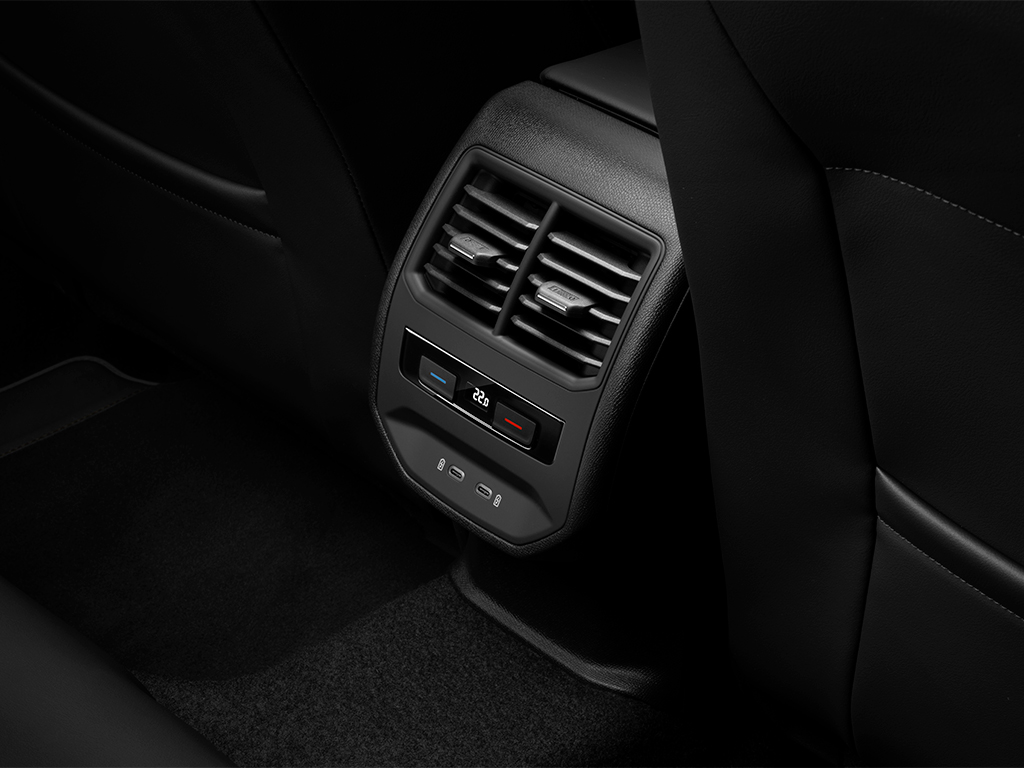 """En el interior, el diseño persigue la misma idea, pero coloca al conductor ya los demás ocupantes en el centro de su estrategia e incluye elementos que hacen referencia de forma sutil a la tecnología avanzada del sistema híbrido del coche.  El habitáculo es el culmen de la funcionalidad, el minimalismo y la elegancia, algo que se percibe desde el momento en el que el usuario se ubica en el puesto de conducción, que es el principal punto de unión entre el automóvil y quien gobierna la máquina .  La consola central de superficies suaves aporta sensación de ligereza y """"flotabilidad"""". Este efecto se crea con la ayuda de las molduras decorativas que la enmarcan y continúan por el salpicadero y las puertas delanteras.  Tanto en las plazas delanteras como en las traseras, el confort de los ocupantes es una máxima en el nuevo SEAT León. Así, desde los asientos a los mandos se han desarrollado para ofrecer una gran ergonomía a prácticamente cualquier persona, y donde además cabe destacar el climatizador automático de tres zonas con control también desde las plazas traseras, que se equipa de serie en los acabados Xcellence y FR, disponibles para la versión e-HYBRID."""