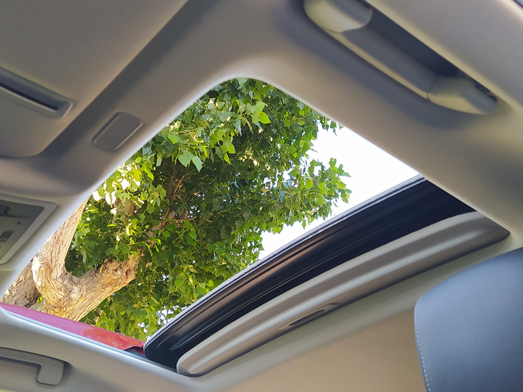 La cortinilla trasera se puede manejar desde la parte delantera y de la trasera y además al